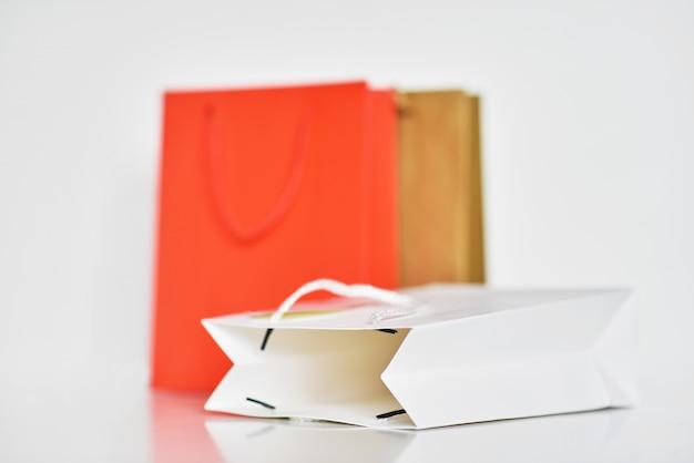 Sacola de papel colorido em branco