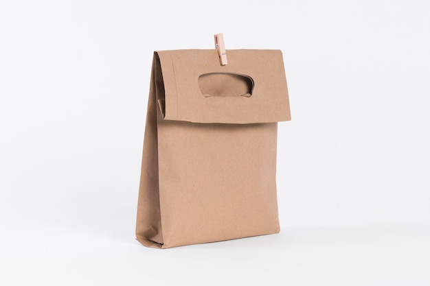 Sacola de papel para compras e clipe de madeira