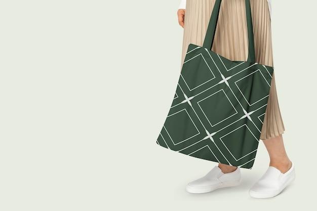 Sacola verde com estampa de losango em fotos de roupas básicas