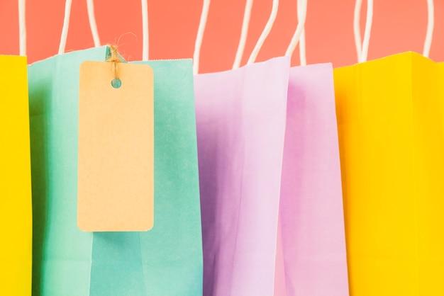 Sacolas coloridas com tag