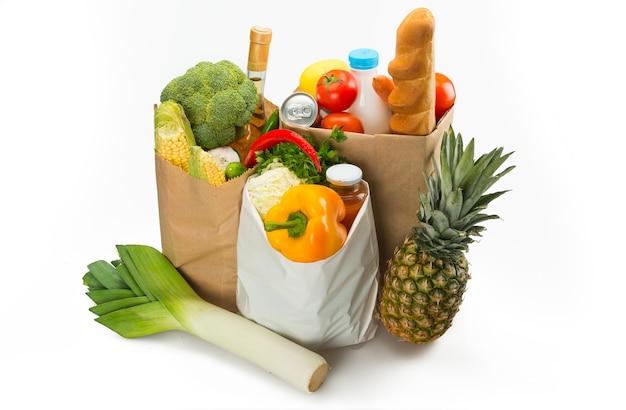 Sacolas de compras cheias de produtos frescos e alimentos saudáveis