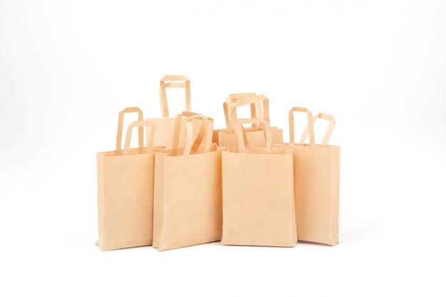 Sacolas de compras. comércio de vendas, descontos. uso de materiais ecológicos. desperdício zero. fundo branco, isolado