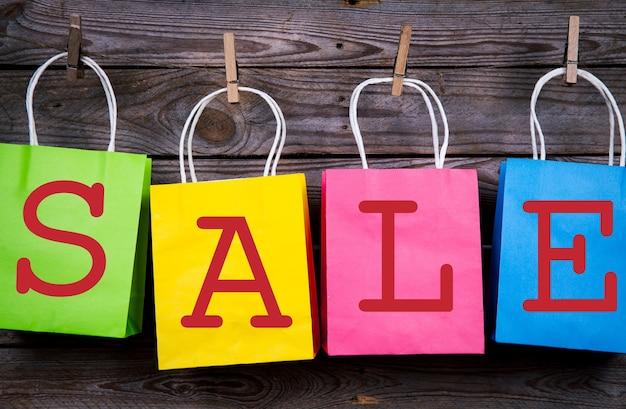 Sacolas de compras multicoloridas em uma loja de madeira, venda, compra