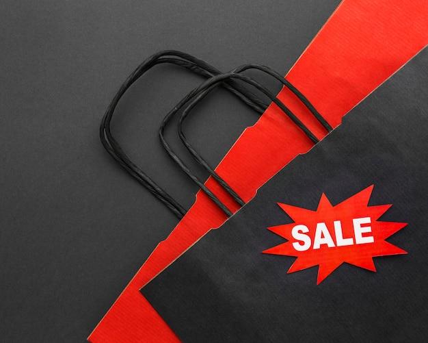 Sacolas de compras pretas e vermelhas com etiqueta de preço