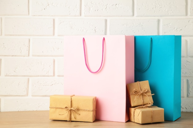Sacolas de compras rosa e azuis com o presente na luz de fundo. sexta-feira preta. vista do topo