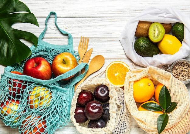 Sacolas de malha com frutas