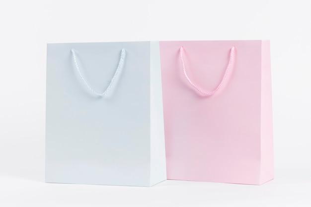 Sacolas de papel azul e rosa para compras