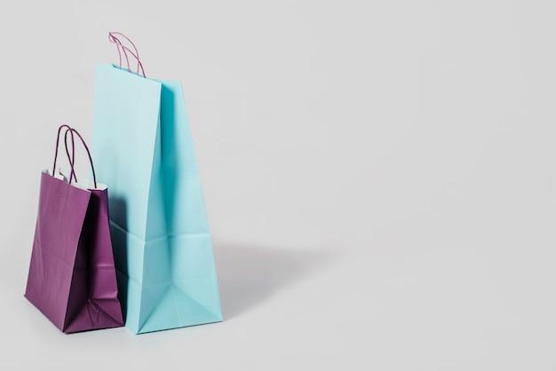 Sacolas de papel azul e roxo