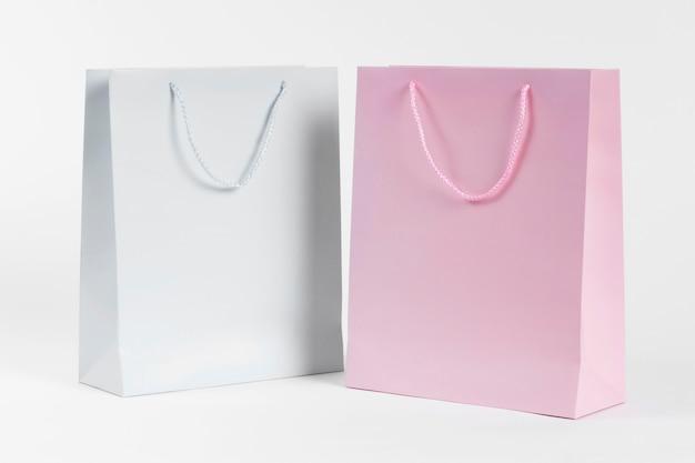 Sacolas de papel branco e rosa