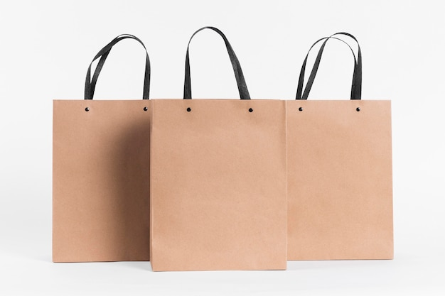 Sacolas de papel de vista frontal para compras