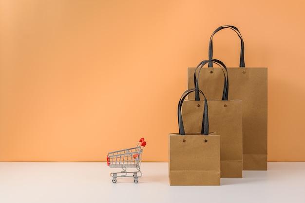 Sacolas de papel e carrinho de compras