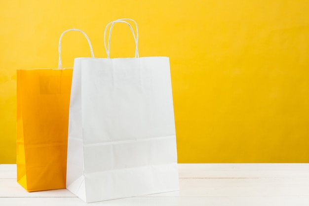 Sacolas de papel em amarelo brilhante