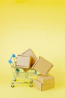 Sacolas de papel em um carrinho de compras