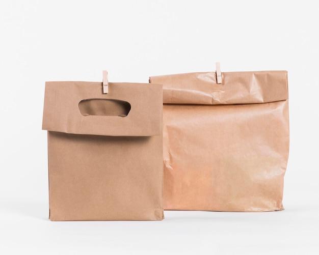 Sacolas de papel para compras e clipes de madeira