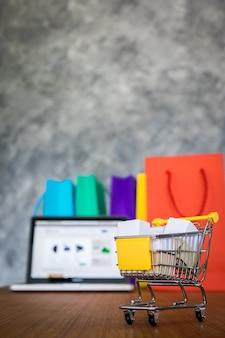 Sacolas para laptop e compras, conceito de compras on-line