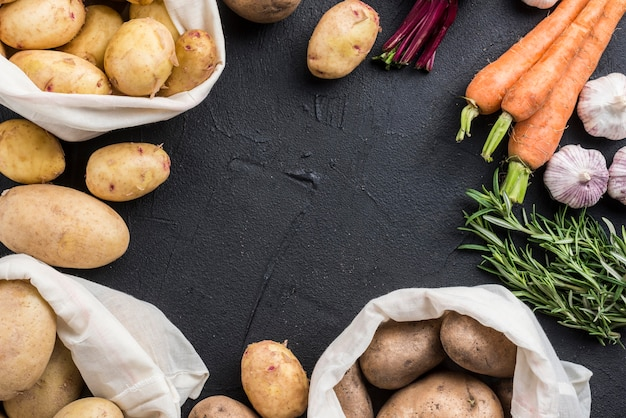 Sacos com batatas e outros vegetais