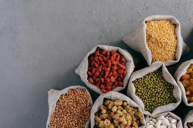 Sacos com goji vermelho, trigo sarraceno, ervilha de jerusalém, amoreira