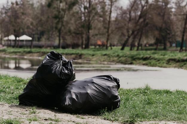 Sacos com lixo. limpeza de primavera no parque