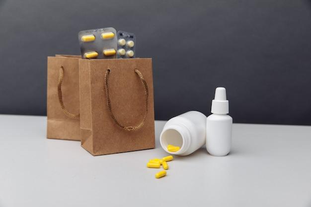 Sacos com medicamentos controlados manipulados enviados de uma farmácia de venda por correspondência