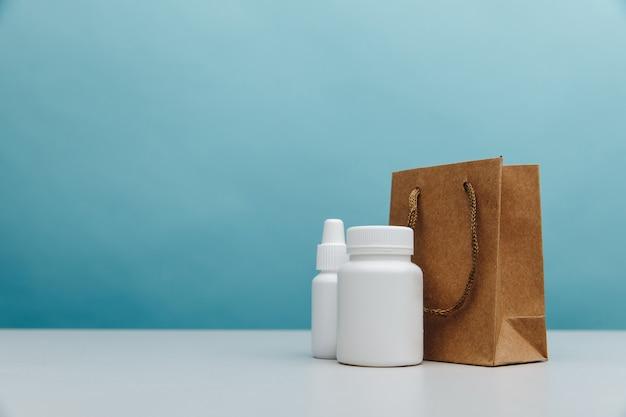 Sacos com recipientes brancos médicos
