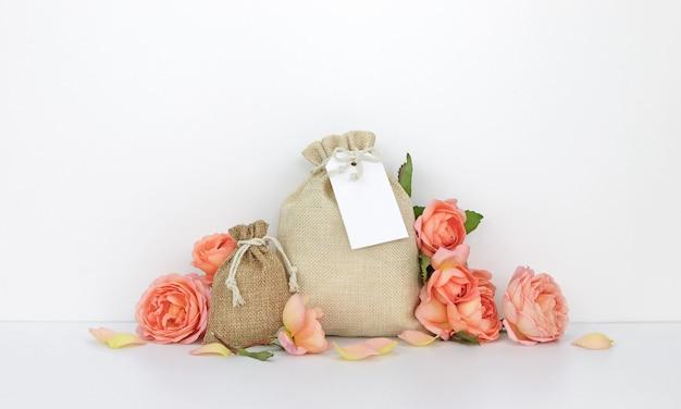 Sacos com uma etiqueta, rosas laranja