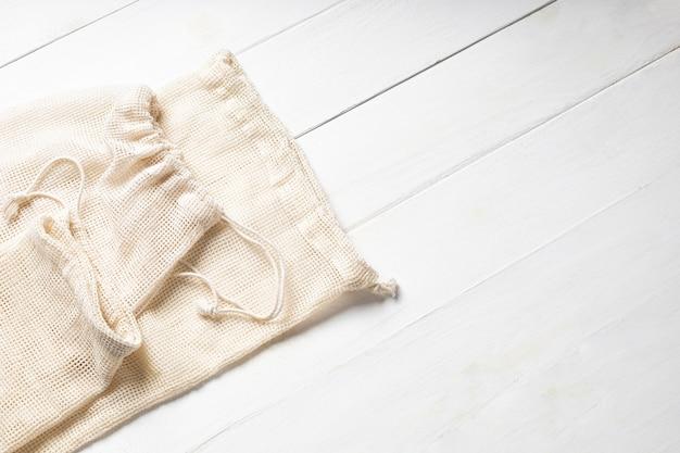 Sacos de algodão ecológicos em fundo branco