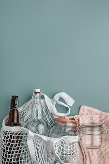 Sacos de algodão, garrafas de vidro e jarra