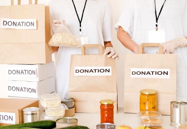 Sacos de alimentos sendo preparados para doação