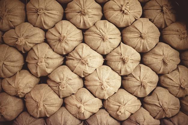 Sacos de areia empilhados uns sobre os outros