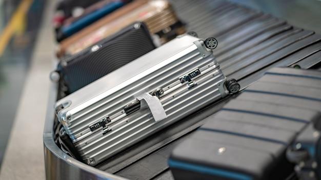 Sacos de bagagem no transportador