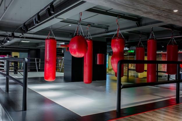 Sacos de boxe vermelhos com ginásio. peras para boxe