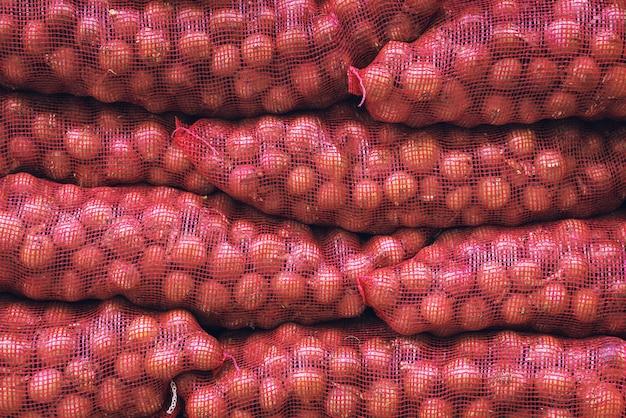 Sacos de cebolas vermelhas