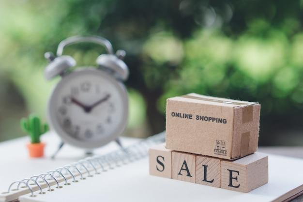 Sacos de compras colocados na palavra madeira venda com despertador branco vintage
