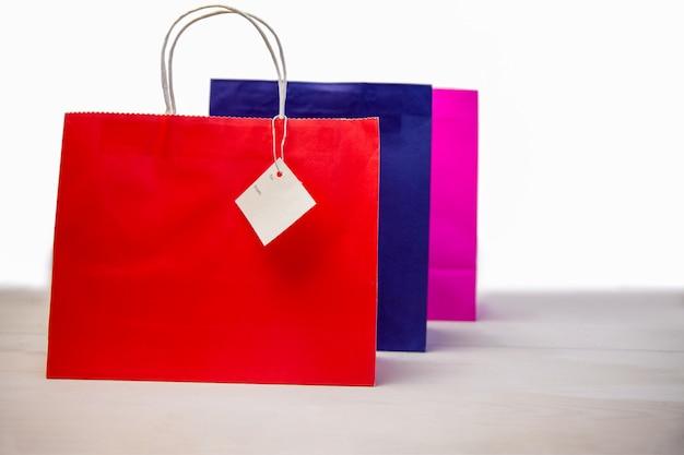 Sacos de compras com etiquetas