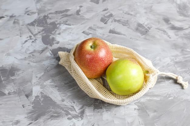 Sacos de compras de algodão bege simples e ecológicos para comprar frutas e verduras com frutas de verão.