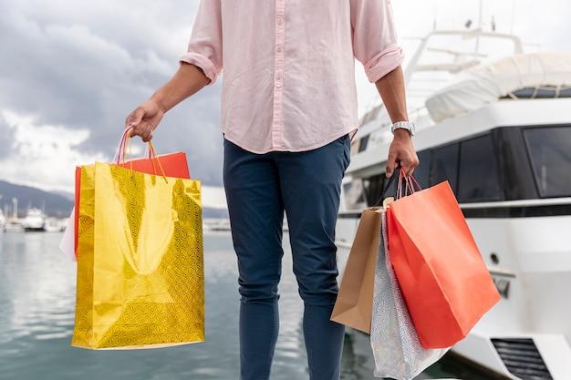 Sacos de compras de close-up perto de barco
