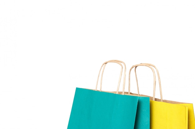 Sacos de compras de papel amarelo e verde isolados.