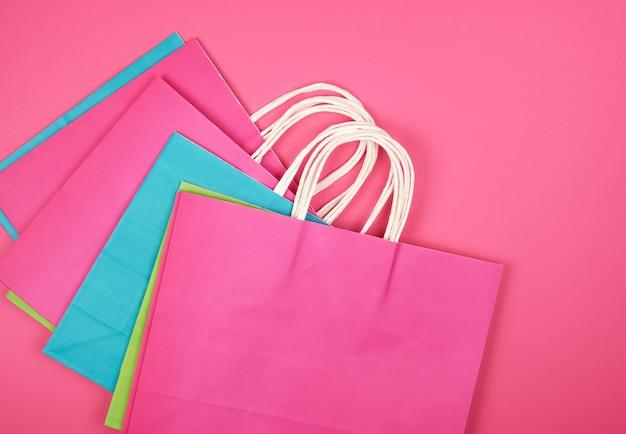 Sacos de compras de papel multi-coloridas retangulares com alças brancas