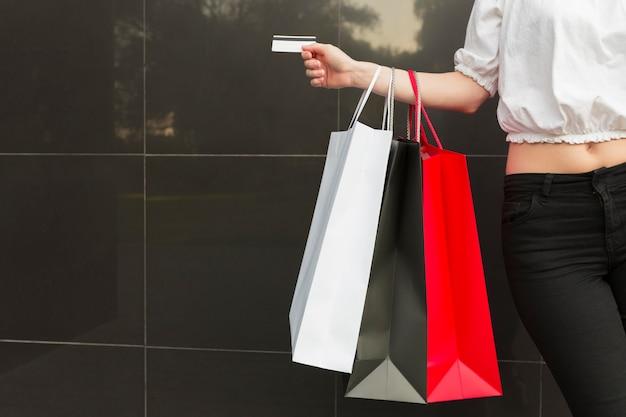 Sacos de compras e cartão preto conceito de compras de sexta-feira