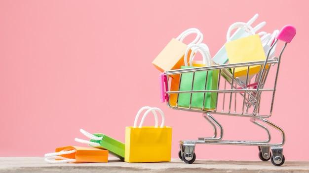 Sacos de compras em um carrinho de compras