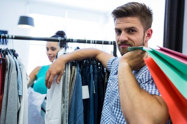 Sacos de compras homem segurando