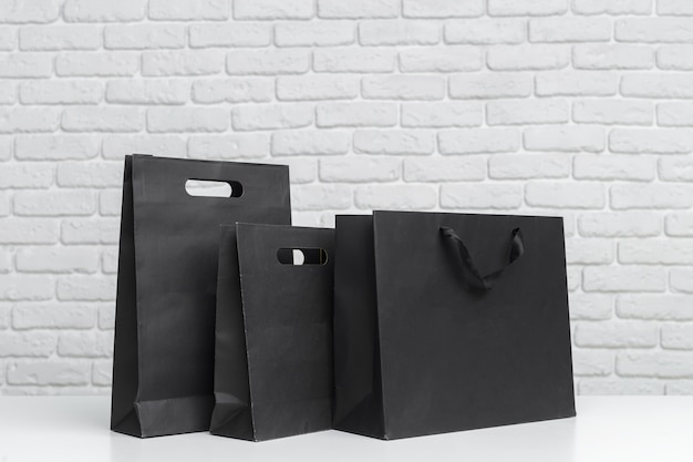 Sacos de compras na mesa