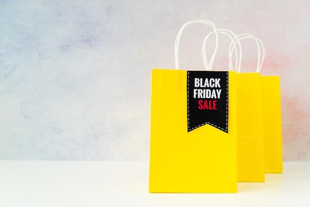 Sacos de compras pretos da venda de sexta-feira