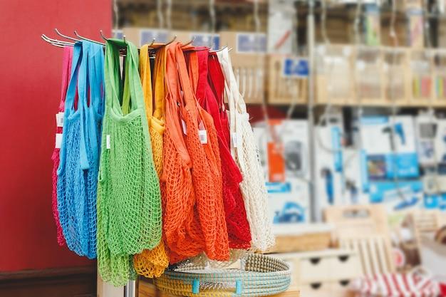 Sacos de corda. armazenar com muitas cores diferentes sacos de cordas, cesta. sem plástico, zero conceito de armazenamento de resíduos.