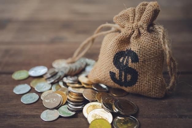 Sacos de dinheiro colocados na pilha de dinheiro