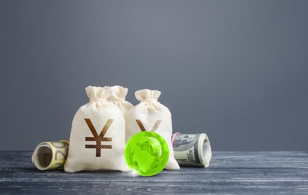 Sacos de dinheiro ienes yuan. sistema financeiro bancário, moeda de reserva mundial. economia, negócios de empréstimos