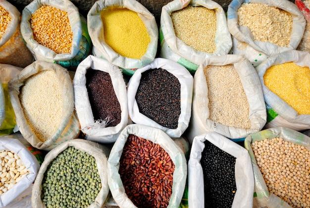 Sacos de leguminosas e grãos saudáveis.