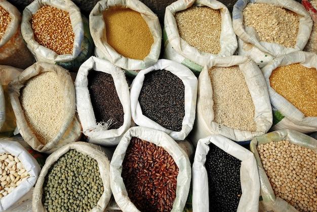 Sacos de leguminosas saudáveis e conceito de grãos