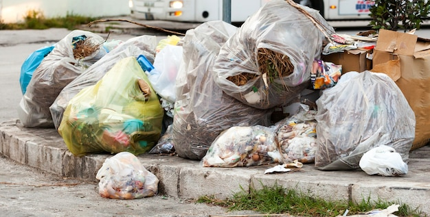 Sacos de lixo na rua nas calçadas