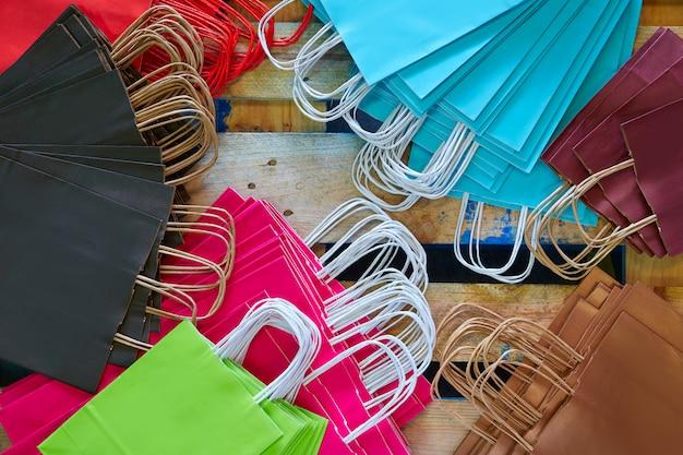 Sacos de papel de fábrica colorido conjunto em madeira